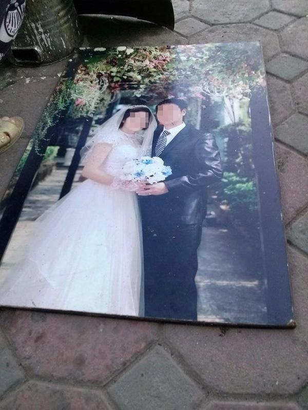 """Tấm ảnh cưới này nằm lăn lóc ngoài đườnghẳn là sắp được """"vinh hạnh"""" đem đi lót bếp nấu phở hay hủ tíu gì rồi. Chỉ hy vọng đây cũng là một trong những trường hợp bí bách quá phải """"làm liều"""" chứ vợ chồng thì vẫn hạnh phúc cùng nhau buôn bán."""