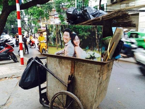 """Tình nghĩa vợ chồng sau tất cả lại kết thúc trên xe rác thế này sao? Đã trót """"đứt gánh giữa đường"""" cũng không nên tuyệt tình đến nỗi vứt đi tấm ảnh hạnh phúc một thời như vậy chứ?"""