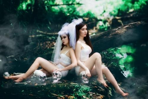 Bộ ảnh cô dâu ma của hai cô gái gây tranh cãi
