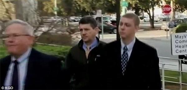 """Ông Dan Turner (giữa cùng con trai – phải) cho rằng con ông không đáng bị bắt giam bởi cậu ta """"chưa từng có tiền án tiền sự và không sử dụng bạo lực với bất kì ai kể cả vào đêm 17/1 ấy"""".(Ảnh: KGO)"""