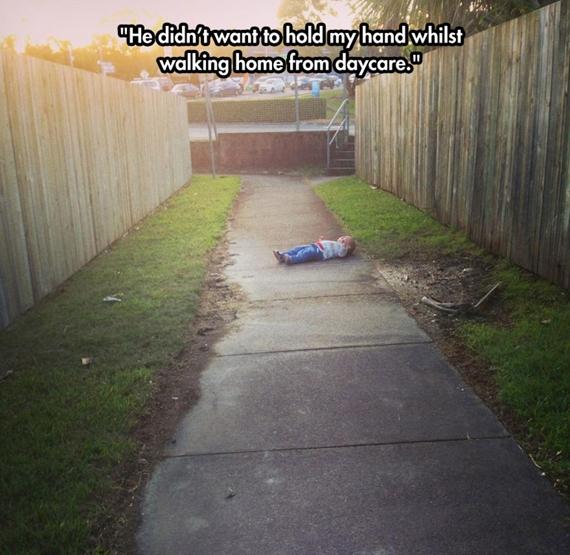Không muốn nắm tay mẹ trên đường từ nhà trẻ về nhà.