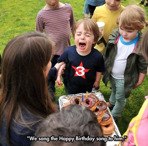Được các bạn hát chúc mừng sinh nhật.