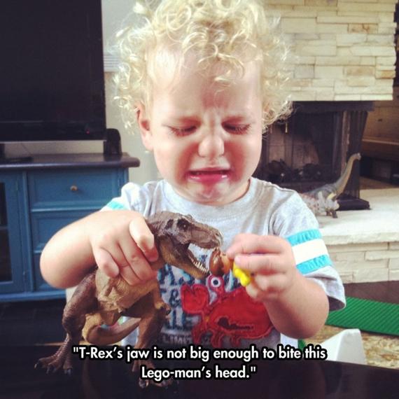 Đầu thằng Lego không đút lọt vào miệng con khủng long để cho nó cắn.