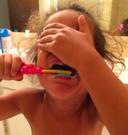 Bị bắt đi đánh răng.