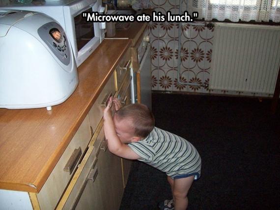 Lò vi sóng đã ăn mất đồ ăn của thằng bé tội nghiệp nàyrồi.