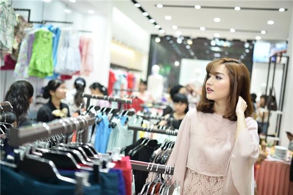 Nữ ca sĩ mê mẩn khi nhìn thấy nhiều trang phục bắt mắt.Trong không gian mua sắm hiện đại, Bích Phươngđược lựa chọn đa dạng sản phẩm, từ thời trang công sở, dạo phố, dòng giới hạn (limitted) đến thời trang cho bé và phụ kiện…