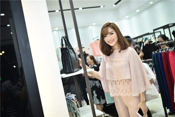 """Bích Phương cho biết cô là""""fan cuồng"""" thời trang chính hiệu.Tại cửa hàng mới của mộtnhãn hàng nổi tiếng, giới mộ điệu có thể tìm thấy những thiết kế tinh tế trên nền chất liệu cao cấp, bắt nhịp với các phong cách thời trang mới trên thế giới."""