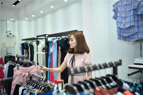Sau một lúc chọn lựa, Bích Phương cảm thấy thích thú và quyết định mua một chiếc váy mới. Nữ ca sĩ đã vận liềnbộ váy ngay trong sự kiện.