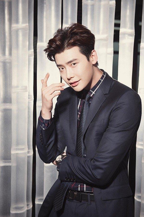 Nếu như Song Joong Ki chỉn chu với kiểu cài cúc cổ điển thì Lee Jong Suk lại phóng khoáng hơn. Hai nam thần của làng giải trí Hàn Quốc mang đến 2 màu sắc khác biệt với cùng một bộ cánh. Dĩ nhiên, không tránh khỏi việc người hâm mộ mang ra so sánh hai thần tượng.