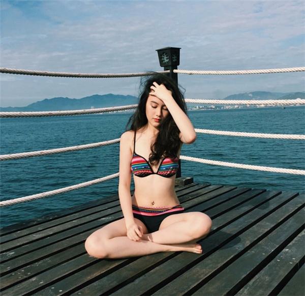 Hot girl khoe dáng trong chuyến du lịch Nha Trang gần đây của mình.