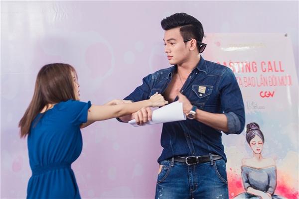 """Tại buổi casting phim, Tú Vi gây chú ý khi bất ngờphanh áo""""chàng thơ"""" của Đỗ Mạnh Cường - Lê Xuân Tiền."""