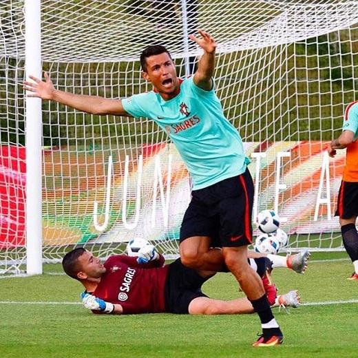 Ronaldo trong buổi tập mới nhất cùng tuyển Bồ Đào Nha.