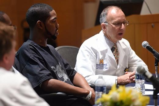Anh làbệnh nhân đầu tiên xuất viện với một quảtim nhân tạo ởbệnh viện Đại học Y khoa Michigan. (Ảnh: Internet)