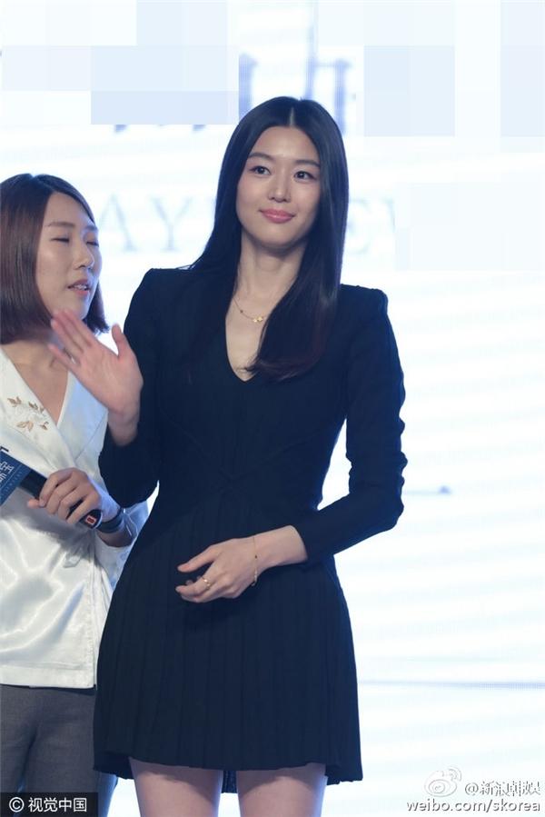 """Nhìn vào Jun Ji Hyun, khó ai có thể đoán được năm nay cô đã bước sang tuổi 34. Mới đây, """"minh tinh Trái Đất"""" còn khiến các fan ngưỡng mộ với vẻ ngoài trẻ trung cùng thân hình thon gọn khi chỉ vừa hạ sinh con đầu lòng vài tháng trước."""