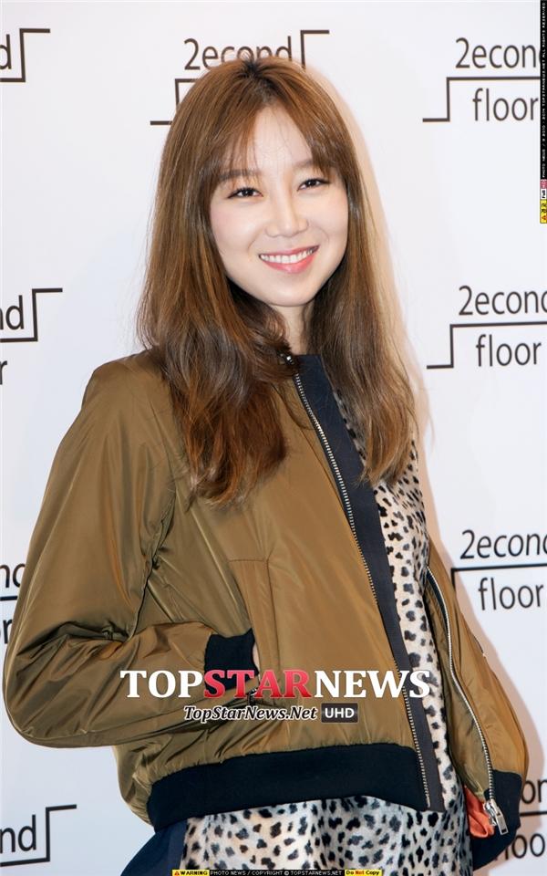 """Gong Hyo Jin chính làm minh chứng cho câu nói """"Gừng càng già càng cay"""" khi cô nàng ngày càng trông quyến rũ và cá tính. Dù vẻ ngoài không mấy lung linh nhưng cũng thật khó tin năm nay nữ diễn viên đã bước sang tuổi 35."""