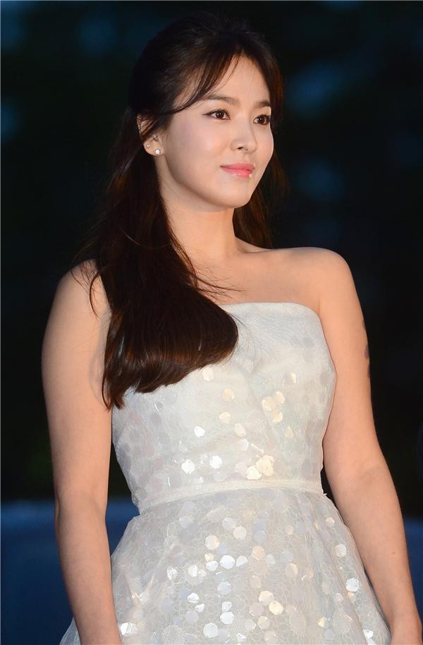 """Không hổ danh là người đẹp """"không tuổi"""", nhan sắc của Song Hye Kyo ở tuổi 34 vẫn được mọi người ca ngợi. Bằng chứng là trong Descendants of the Sun, nữ diễn viên trông vẫn xứng đôi vừa lứa với Song Joong Ki, thậm chí khi """"đại úy Yoo"""" từ trước nay đã nổi tiếng với vẻ ngoài trẻ hơn rất nhiều so với số tuổi của mình."""
