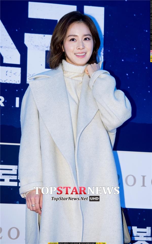 Sở hữu nhan sắc xinh đẹp, sắc sảo, Kim Tae Hee được xem là báu vật trong mắt người dân xứ kim chi. Cô đẹp đến từng centimet, đến cả bóng lưng in trên tường cũng khiến mọi người xuýt xoa. Vâng và năm nay, Kim Tae Hee đã thổi nến ăn mừng sinh nhật lần thứ 36.