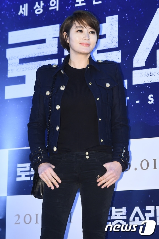 """Dù năm nay đã bước sang tuổi 45 nhưng Kim Hye Soo vẫn giữ vững phong độ cả trong diễn xuất và nhan sắc. Bằng chứng là vai diễn truyền hình mới nhất trong Signal, cô hóa thân """"cực ngọt"""" vào nữ cảnh sát Cha Soo Hyun mới ra trường rất trẻ trung và năng động."""