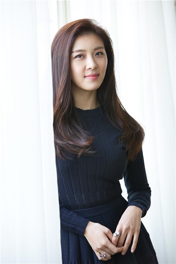 Nhắc đến nhan sắc không tuổi, chắc chắn không thể bỏ qua nữ diễn viên Ha Ji Won. Không ít lần cô khiến mọi người kinh ngạc với nhan sắc trẻ trung không chút dấu vết thời gian của tuổi 37.