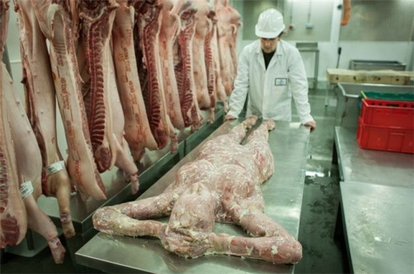 """Smithfield là một khu chợ bán thịt rất nổi tiếng ở London, nước Anh. Thế nhưng cách đây vài năm, một cửa hàng trong khu chợ này có tên Wesker & Son nảy ra ý tưởng bày bán """"thịt người""""."""