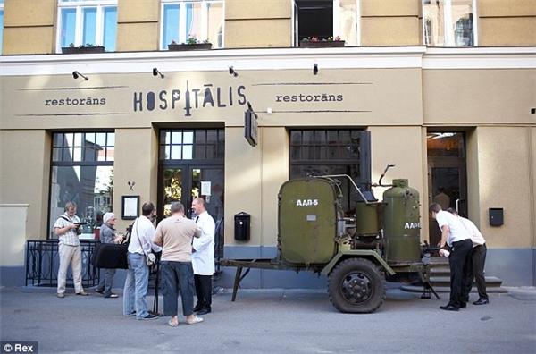 Ở Riga, Latvia, có một nhà hàng kỳ quặc có tên Hospitalis, được trang trí giống như thể một bệnh viện với đầu bếp ăn mặc như bác sĩ còn người phục vụ mặc đồng phục y tá.