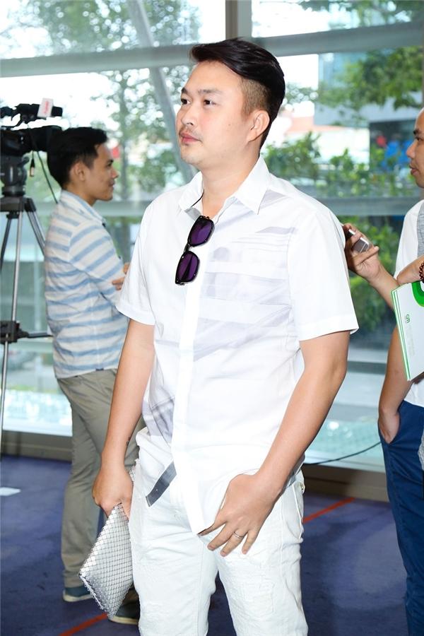 """Nam diễn viên Tuấn Khải """"hộ tống"""" bà xã Lê Khánh tới buổi họp báo."""