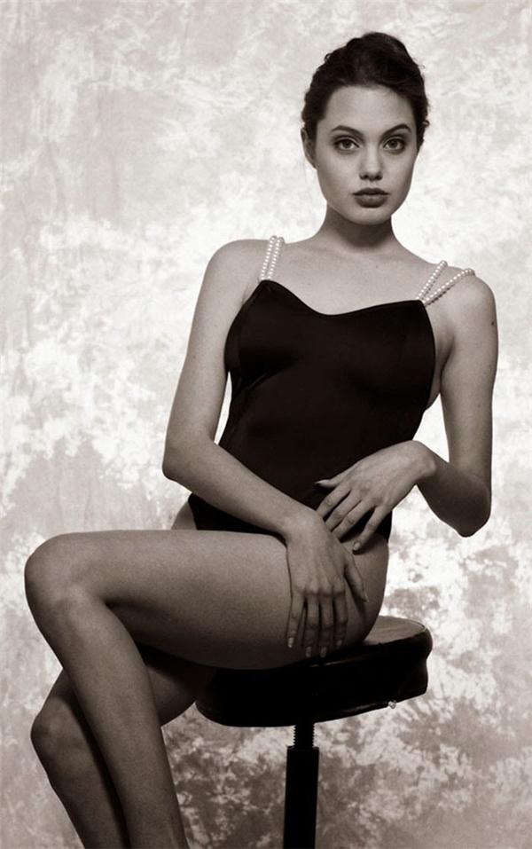 Vẻ đẹp cuốn hút của Angelina Jolie được Harry Langdon ghi lại một cách hoàn hảo