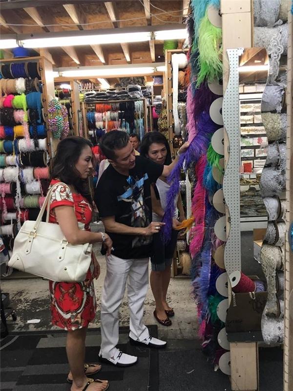 """Mới đây, """"ông hoàng nhạc Việt""""vừa hé lộ thêm một số hình ảnh anh cùng những người bạn thân đi mua vải vóc, phụ kiện tại trung tâm bán phụ kiện nổi tiếng nhất Hollywood – Mỹtọa lạc trên đường Maple."""