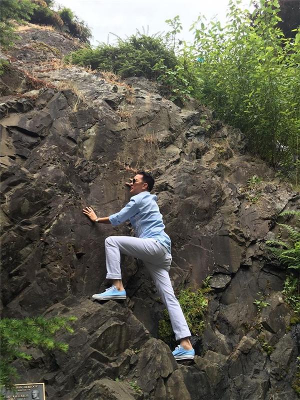 Ngoài mua sắm, anh cũng dành thời gian khám phá nhiều thắng cảnh đẹp tại nước Mĩnhư đi leo núi, đi chơi công viên.