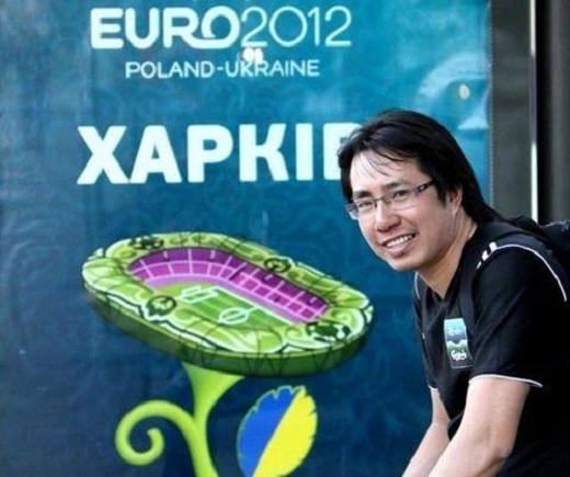 Nhà báo Anh Ngọc đưa tin ở sự kiện Euro 2012.