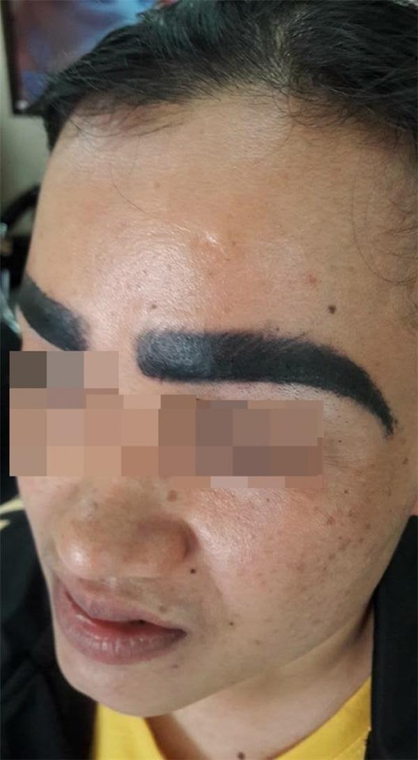 Đôi lông mày của cô gái không chỉ bị tạo hình không đẹp mà còn quá đậm và dày, trông còn hơn cả lông mày của đàn ông.