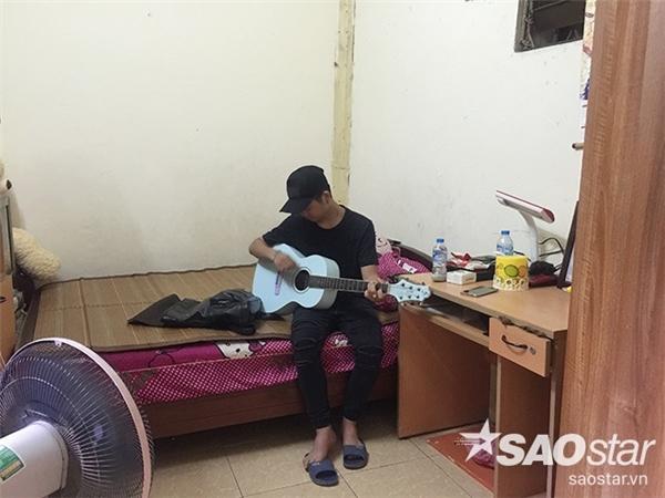 Căn phòng trọ 20m2 của hai mẹ con Quang Anh khá đơn sơ. Đây vừa là chỗ ngủ, vừa là nơi đón khách đến chơi. - Tin sao Viet - Tin tuc sao Viet - Scandal sao Viet - Tin tuc cua Sao - Tin cua Sao