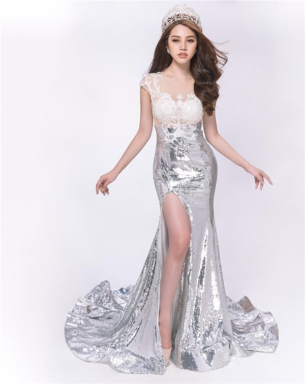 """Jolie Nguyễn cho biết: """"Là một Hoa hậu quốc tế, tôi luôn giữ cho bản thân mình những chuẩn mực riêng khi tham dự event, chẳng hạn như: đến đúng giờ, mặc đúng dresscode, hòa nhã với mọi quan khách…""""."""