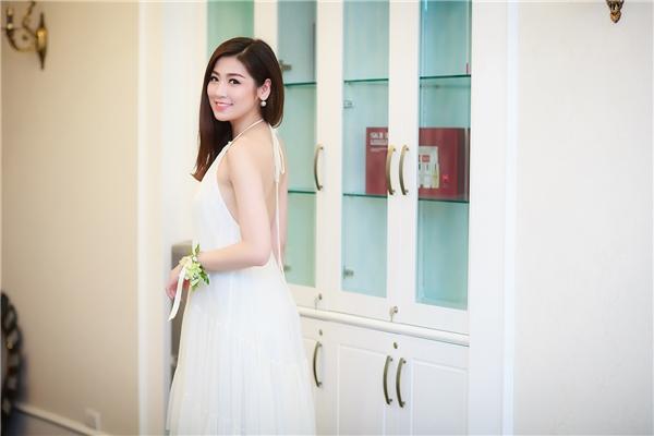 Tú Anh diện váy trắng cổ yếm giấu đường cong với chất liệu voan lụa mềm mại. Bộ trang phục vừa mang lại vẻ ngoài ngọt ngào, thanh lịch nhưng không kém phần gợi cảm cho Á hậu Việt Nam 2012.
