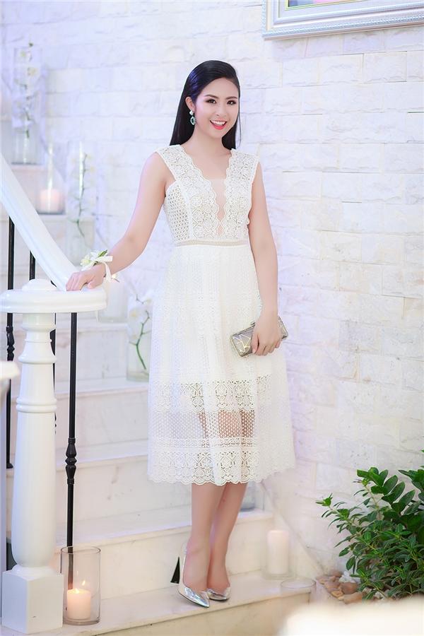 Ngọc Hân cũng diện trang phục với sắc trắng tinh khôi trên nền chất liệu ren mỏng tang, gợi cảm. Những khoảng hở chừng mực khiến người đối diện không thể rời mắt trước Hoa hậu Việt Nam 2010.