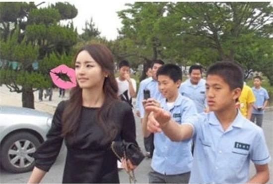 Tất nhiên, các học sinh ai cũng muốn chụp ảnh cùng cô giáo thần tượng.