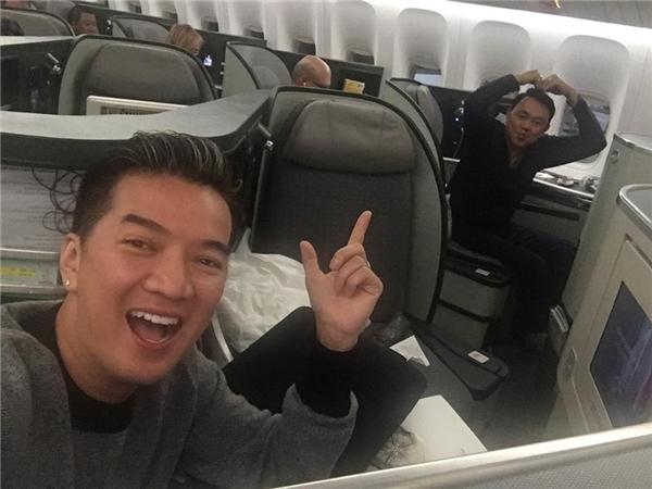 Hai nghệ sĩ nhanh chóng chụp hình selfie kỉ niệm khoe fan.