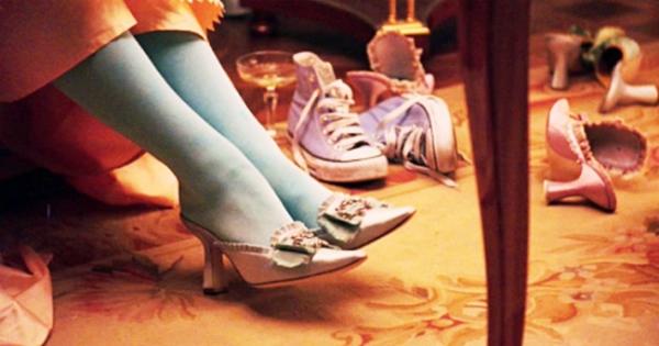 Trong cảnh quay Marie thử giày. tổ đạo cụ đã vô ý để sót lại đôi giày thể thao hiện đạimàu tím.(Ảnh: Internet)