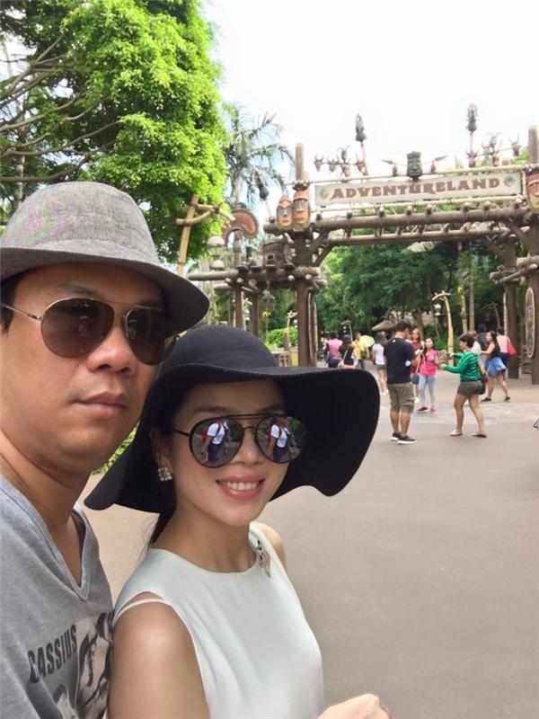 Lệ Quyên cùng ông xã và con trai đang có chuyến nghỉ hè vô cùng thú vị tại Disneyland.
