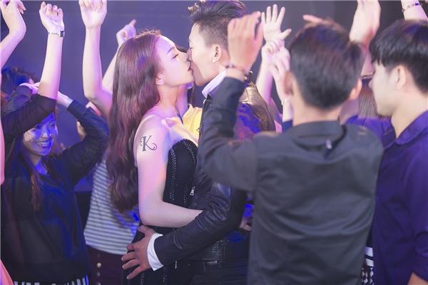 """Giữa vòng vây hàng trăm diễn viên quần chúng, Trà Ngọc Hằng vàHiếu Nguyễn đã không ngần ngại thực hiện cảnh quay hôn nhauđắm đuối, """"thật 100%"""" khiến mọi người… ngẩn ngơ."""
