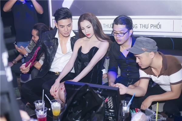 Nụ hôn táo bạo, nóng bỏng giữa Trà Ngọc Hằng và Hiếu Nguyễn là nút mởquan trọng đối với nội dung của MV Kiêu.