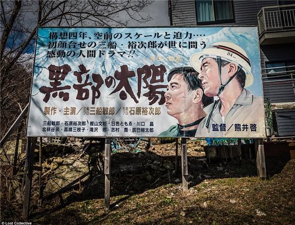 Cỏ mọc đầy dưới chân một tấm poster cổ vũ cho ngành công nghiệp khai thác than, vốn là niềm tự hào của Yubari trong quá khứ. (Ảnh: Prett Patman)
