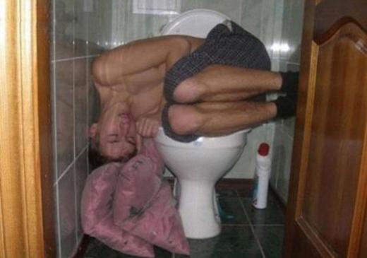 Nhà vệ sinh hân hạnh tài trợ giấc ngủ này. (Ảnh: Internet)
