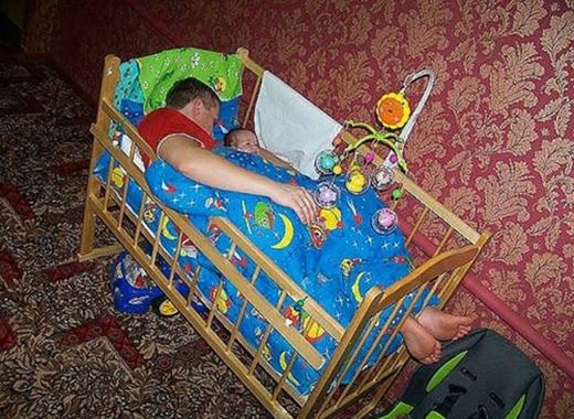 Ơ, giường này sao bé quá!(Ảnh: Internet)