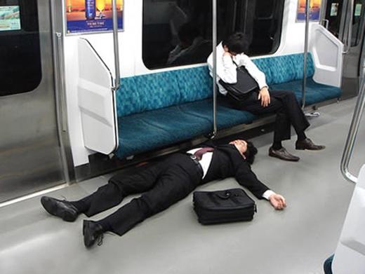 Một khi ngủ rồi là đến sàn tàu điện cũng không tha. (Ảnh: Internet)