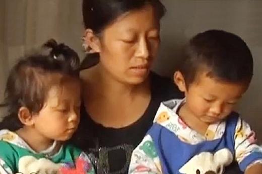 Một gia đình hạnh phúc cùng với chồng và hai đứa con sinh đôi một trai một gái.