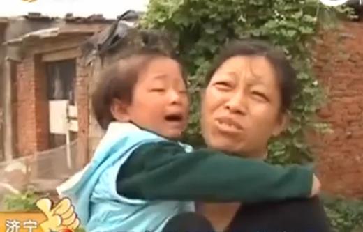 Hai vợ chồng đành quyết địnhbán đứa con traiđể chữa bệnh chocon gái.