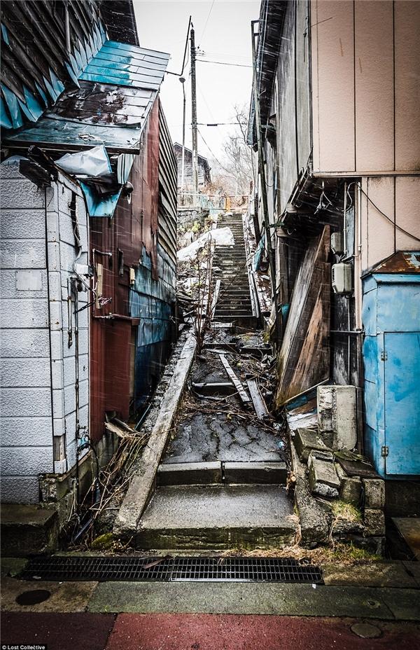 Lối đi giữa hai dãy nhà không thể tiếp tục sử dụng do bị lấp đầy rác thải. (Ảnh: Prett Patman)