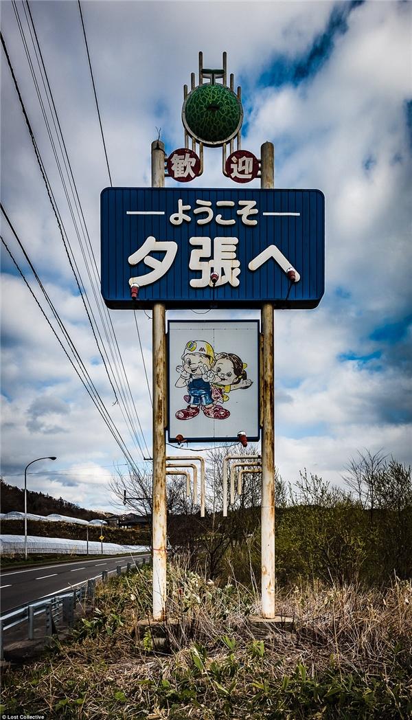 Tấm biển chỉ dẫn vào thành phố Yubari có lẽ không còn sự hữu dụng bởi không một ai muốn ghé lại một thành phố đầy hoang tàn, đổ nát như vậy. (Ảnh: Prett Patman)