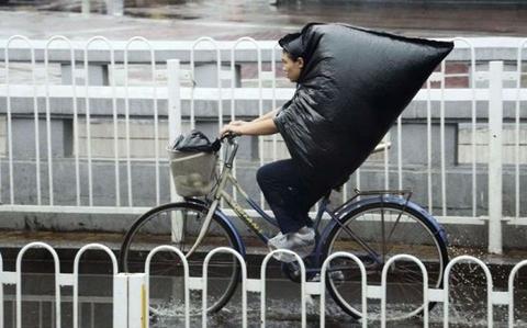 Có cái áo mưa cool ngầu thế này đảm bảo không lo bị ướt. (Ảnh: Internet)